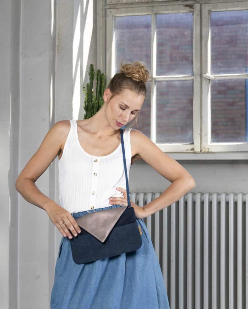 Clutch dunkelblau rose Handtasche Upcycling Jeans Leder