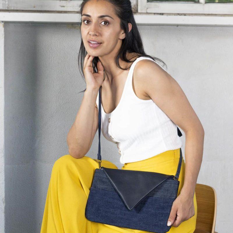 Clutch dunkelblau Handtasche Upcycling Jeans Leder